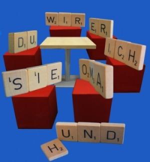 Bild: Scrabble Steine bilden Personalpronomen und sitzen im Stuhlkreis
