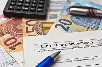 Geldscheine und Gehaltsabrechnung
