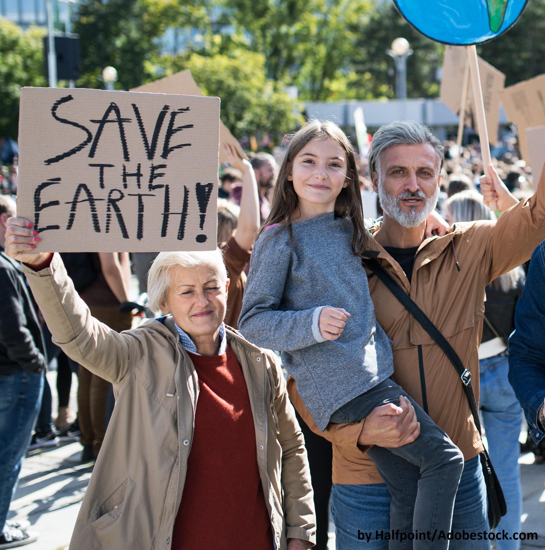 """ältere Bürger und Teenage-Mädchen auf Demo mit Plakat """"Save the Earth"""""""